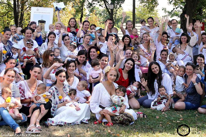 """FOTO """"Alăptarea e Iubire"""": Cum a fost la """"Marea Ataşare 2016"""" de la Muzeul Satului – Eveniment pro-alăptare reflectat de presa internaţională"""