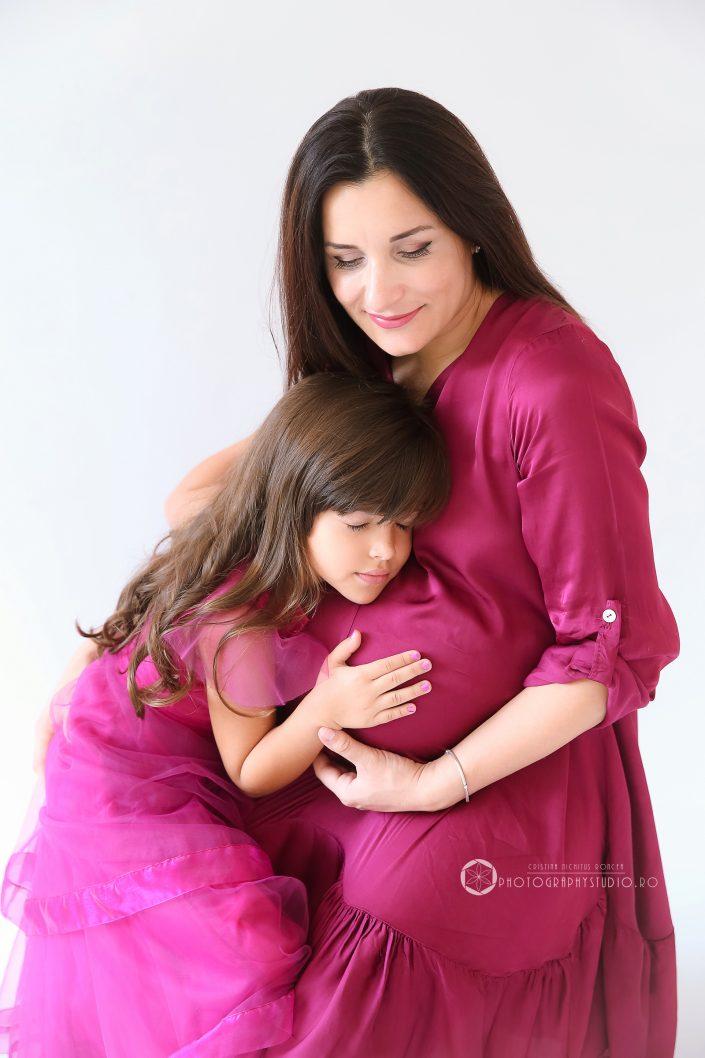 Mama si fiica, intr-o sesiune foto de maternitate de poveste