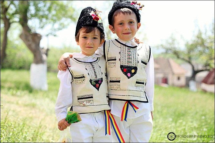 Hristos a înviat! Sfintele Paşti în Ţara Făgăraşului. Easter in Romania – PHOTOGRAPHY STUDIO RO