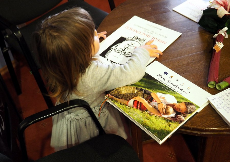 """Lansarea albumului foto """"Mami, îţi mulţumesc!"""". Imagini: Cristina Nichituş Roncea – Photography Studio. Sfaturi: consultantele Asociaţiei de Pediatrie şi Consultanţă în Alăptare"""