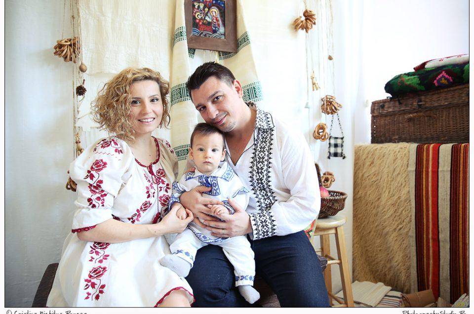 Bucurie în decorul românesc de Crăciun. Sebastian şi părinţii lui, în portul naţional