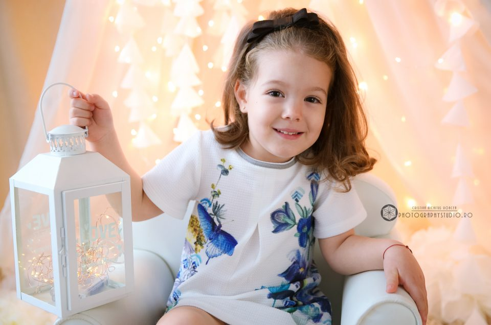 Micuța Prințesă Eva Maria a Prezentatoarei TV Bianca Ioniță la Photography Studio pentru Felicitarea și Albumul de Crăciun al Familiei