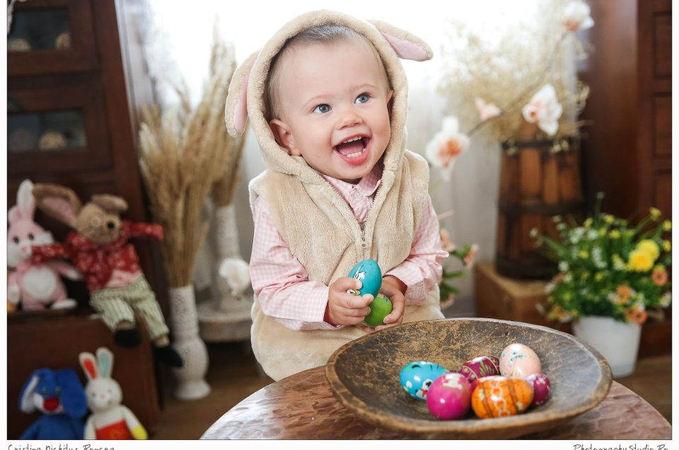 Hristos a înviat! O şedinţă foto de Paşti cu un iepuraş adorabil